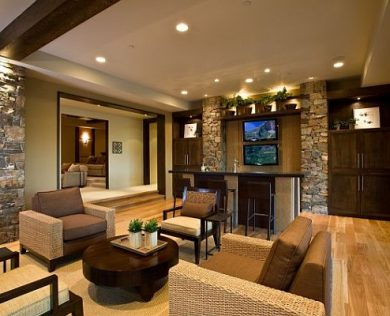 contemporary-living-room-with-fieldstone-tiles-walls